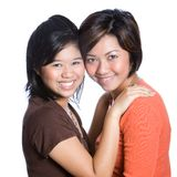 Hermanas asiáticas hermosas en abrazo cercano fotografía de archivo libre de regalías