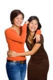 hermanas asiáticas hermosas que se divierten aislada foto de archivo