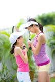 Hermanas cara a cara antes de un juego del tenis imagen de archivo libre de regalías