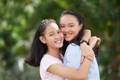 Hermanas cariñosas Imagenes de archivo