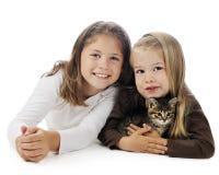 Hermanas cariñosas del gatito Foto de archivo libre de regalías