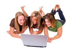 Hermanas con la computadora portátil Imagen de archivo libre de regalías