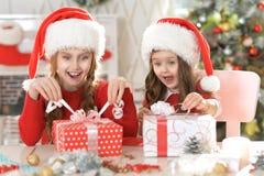 Hermanas con los regalos de la Navidad Imágenes de archivo libres de regalías
