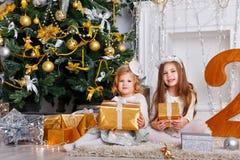 Hermanas con los regalos para la Navidad Imagen de archivo