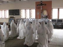 Hermanas de los misionarios de madre Teresa de la caridad en rezo Imágenes de archivo libres de regalías