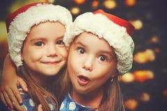 Hermanas divertidas felices de los gemelos de los niños de la Navidad Fotografía de archivo libre de regalías