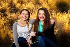 Hermanas en campo retroiluminado de A Imágenes de archivo libres de regalías