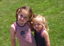 Hermanas en el cuarto de julio Foto de archivo