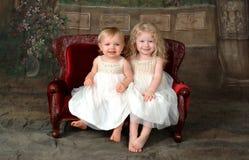 Hermanas en el sofá Imagen de archivo
