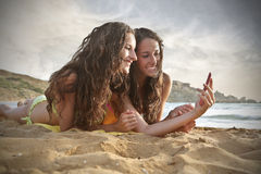 Hermanas en la playa Fotografía de archivo libre de regalías