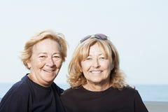 Hermanas en la playa Fotos de archivo