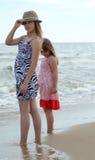 Hermanas en la playa asoleada Foto de archivo libre de regalías