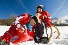 Hermanas en nieve en trineo largo Imágenes de archivo libres de regalías