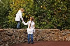 Hermanas en parque del otoño Imagenes de archivo