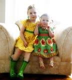 Hermanas en una silla Imagen de archivo libre de regalías