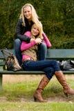 Hermanas felices en un banco Imagen de archivo