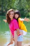 Hermanas felices por el lago Foto de archivo libre de regalías