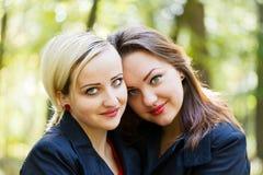 Hermanas gemelas que se abrazan Imágenes de archivo libres de regalías