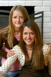Hermanas hermosas de Fireplace Closeup Imagen de archivo libre de regalías