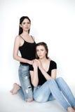 Hermanas jovenes y hermosas en la amistad, compartiendo alegría, confianza, l Imagenes de archivo
