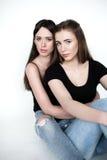 Hermanas jovenes y hermosas en la amistad, compartiendo alegría, confianza, l Imagen de archivo