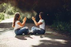 Hermanas lindas en un parque imágenes de archivo libres de regalías