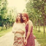 Hermanas o amigos al aire libre en tiempo de verano Fotos de archivo libres de regalías
