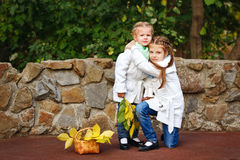 Hermanas que abrazan en parque del otoño Imagen de archivo libre de regalías