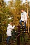 Hermanas que abrazan en parque del otoño Imagen de archivo