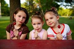 Hermanas que comen el caramelo Foto de archivo libre de regalías