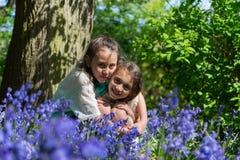 Hermanas que enlazan en un parque imágenes de archivo libres de regalías