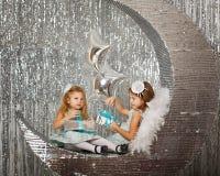 Hermanas que esperan la Navidad Foto de archivo libre de regalías