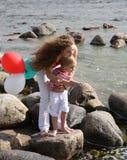 Hermanas que juegan en la playa Fotos de archivo libres de regalías