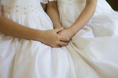 Hermanas que llevan a cabo las manos Foto de archivo