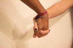 Hermanas que llevan a cabo las manos Imágenes de archivo libres de regalías