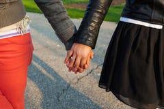Hermanas que llevan a cabo las manos Fotografía de archivo libre de regalías