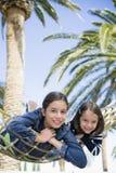 Hermanas que mienten en la hamaca Fotografía de archivo libre de regalías