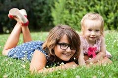 Hermanas que mienten en la hierba Foto de archivo