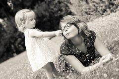 Hermanas que mienten en la hierba Fotografía de archivo libre de regalías