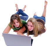 Hermanas que practican surf la red Imagen de archivo