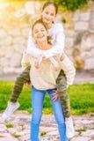 Hermanas que se divierten al aire libre fotos de archivo