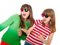 Hermanas que se divierten mientras que mira la película 3D Fotografía de archivo