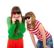 Hermanas que se divierten mientras que mira la película 3D Imagenes de archivo