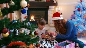 Hermanas que se preparan para adornar el árbol de navidad almacen de metraje de vídeo