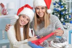 Hermanas que se preparan para la Navidad Imágenes de archivo libres de regalías