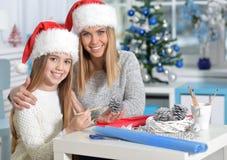 Hermanas que se preparan para la Navidad Fotografía de archivo libre de regalías