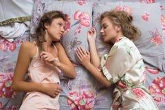 Hermanas rubias o amigas atractivas que se divierten foto de archivo