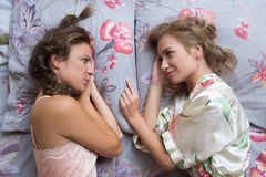 Hermanas rubias o amigas atractivas que se divierten imágenes de archivo libres de regalías