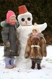 Hermanas y el snow-man Imagen de archivo