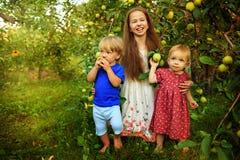 Hermanas y hermano en el jardín Fotos de archivo libres de regalías